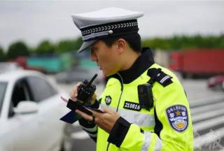 【新品首发】新式执勤服:360°无视觉死角 让执勤交警在雨雾天更bling bling